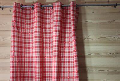 rideau à carreaux rouge